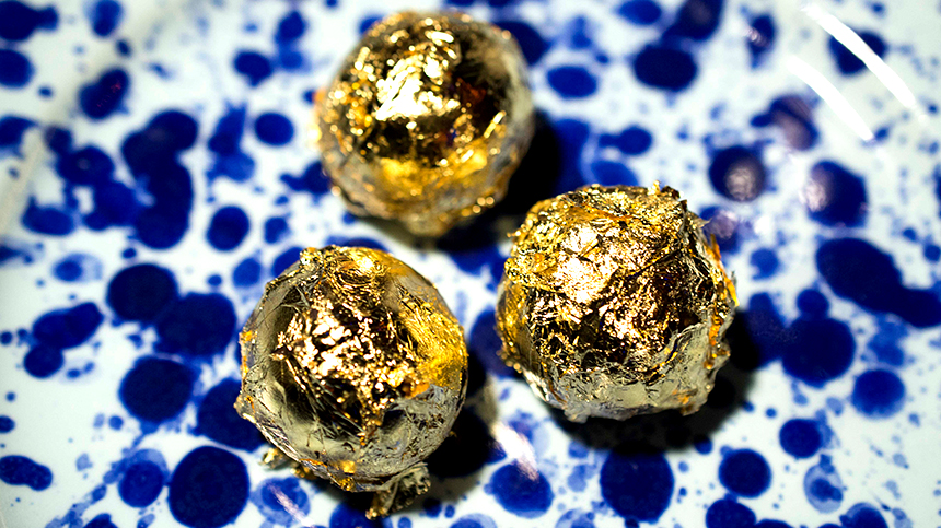 Casa Dragones_pairings_chef-jesus-escalera-mini-sesame-ferrero-salted-caramel-macaron